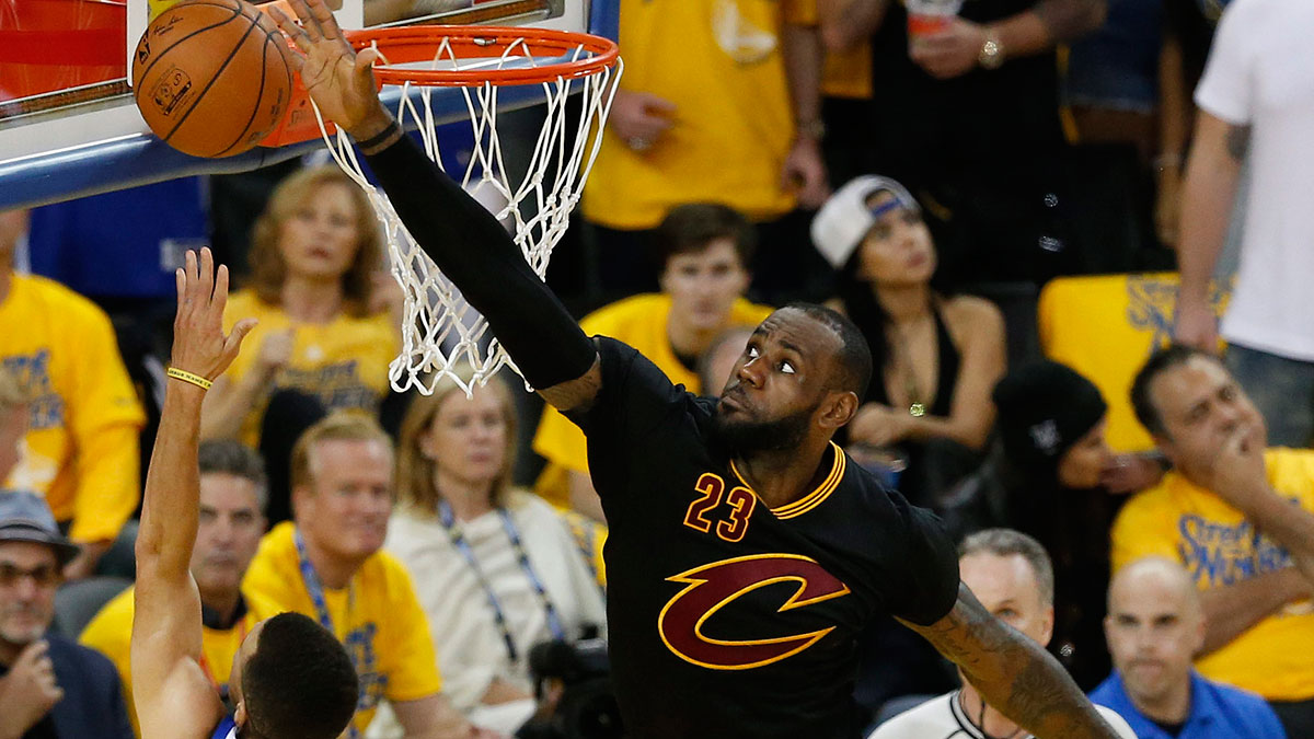 LeBron tapona a Curry (EFE)