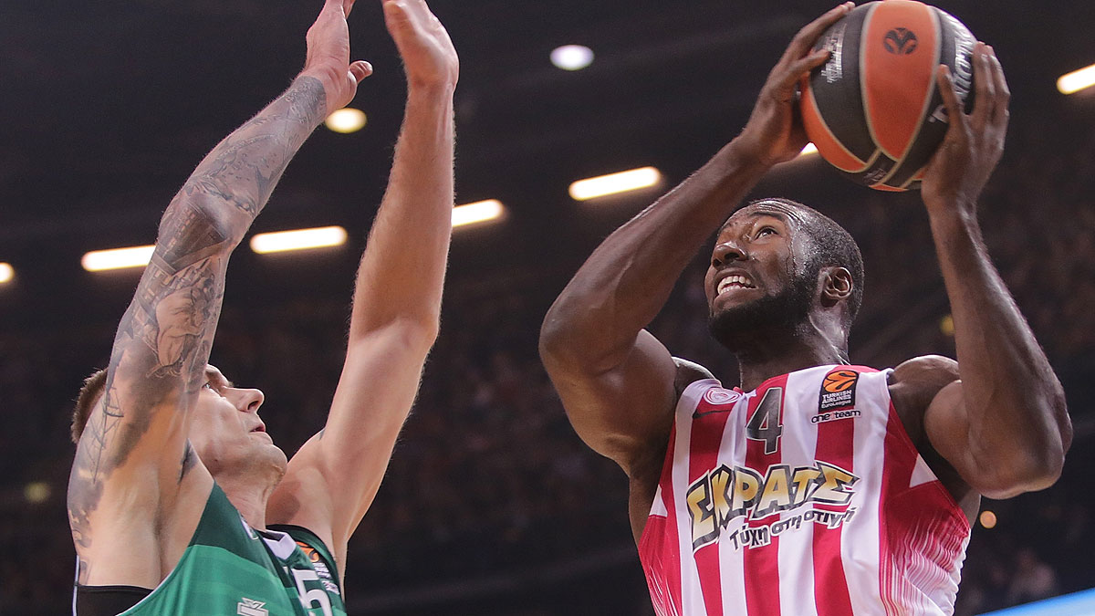 Patric Young se eleva sobre Javtokas (Foto Euroleague/Getty)
