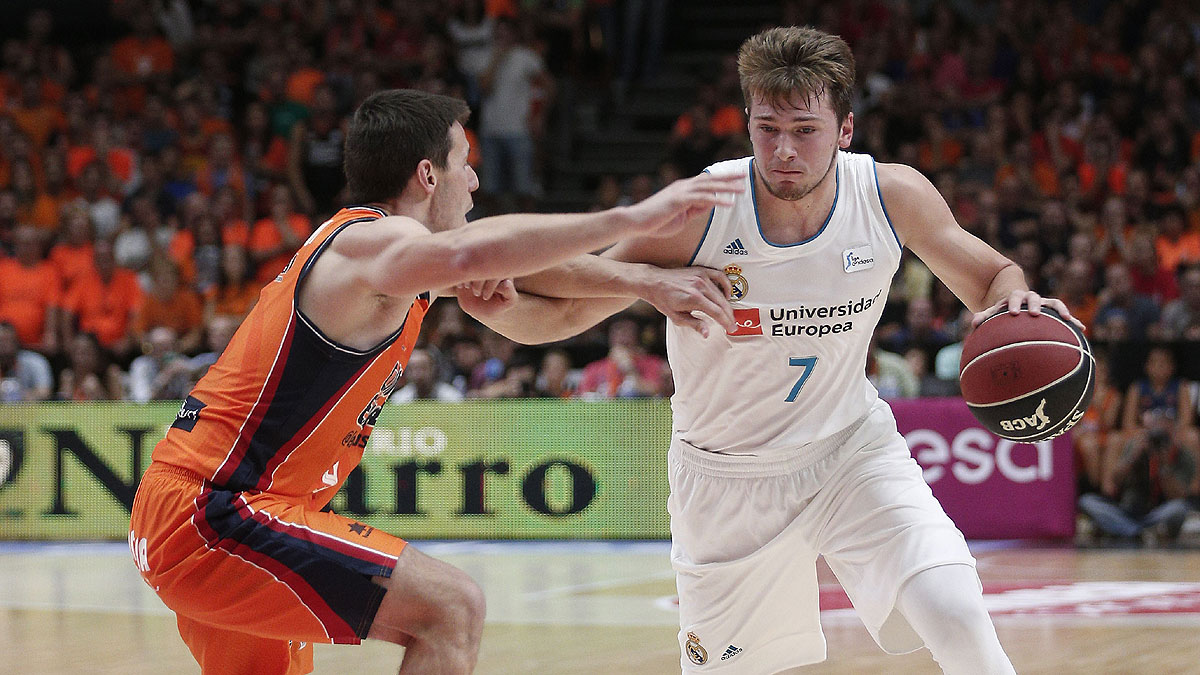 Sam Van Rossom no consigue frenar a Luka Doncic (ACB Photo / M.A. Polo)