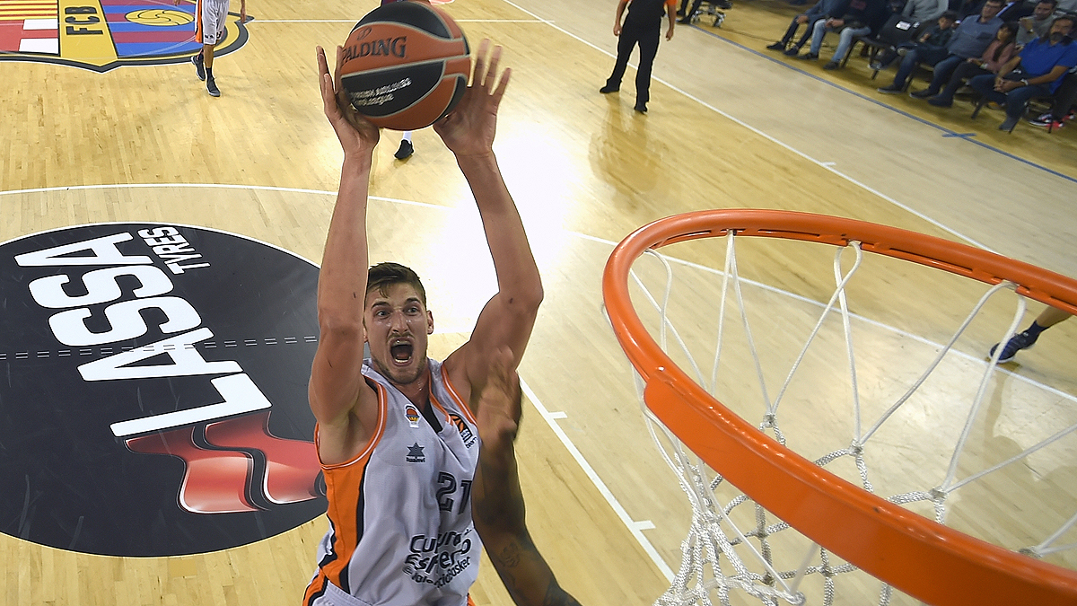 Pleiss mira hacia el aro (Foto: Euroleague/Getty)
