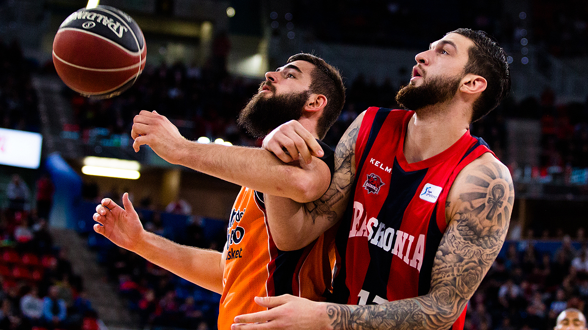 Dubljevic y Poirier, enganchados (ACB Photo / I. Martín)