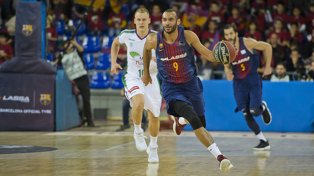 Adam Hanga corre el contrataque (ACB Photo / V. Salgado)