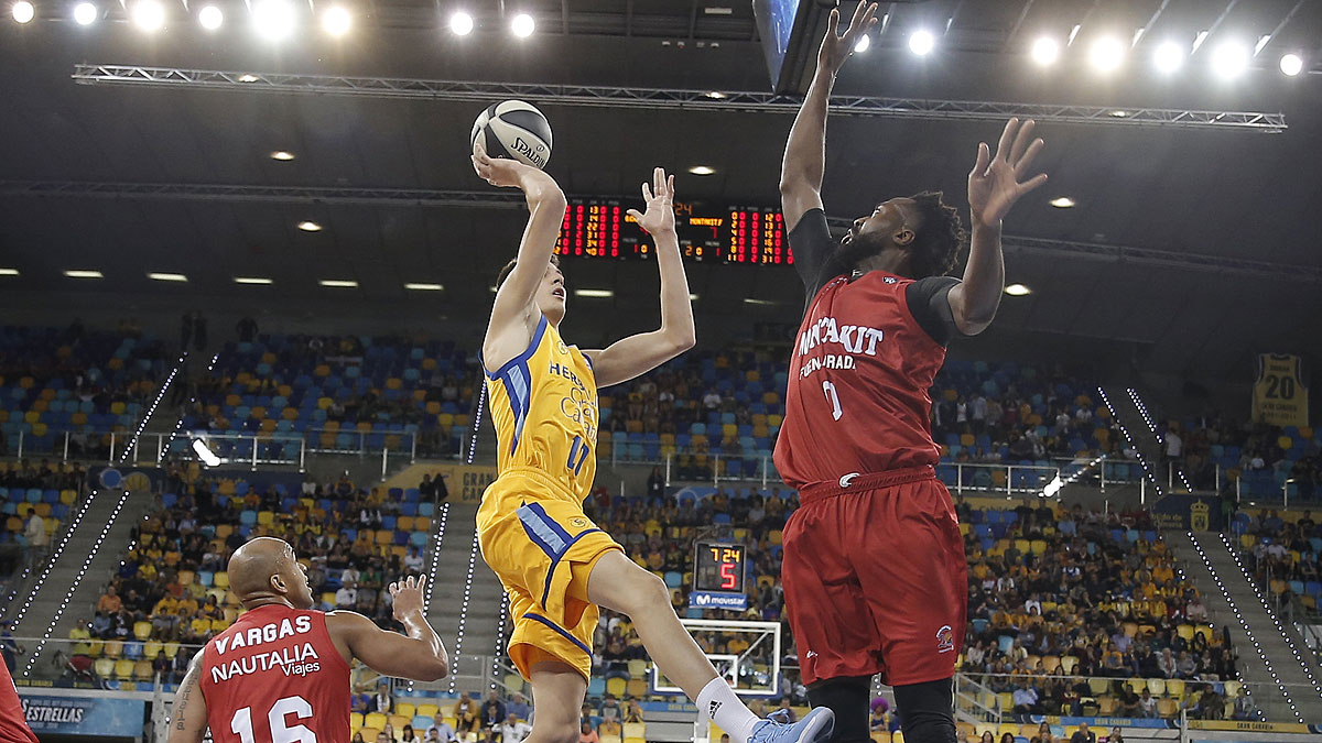 Brussino lanza a canasta (ACB Photo)