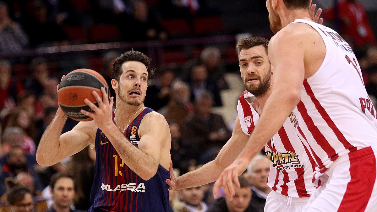 Heurtel se siente presionado por la defensa griega (Foto Euroleague/Getty)