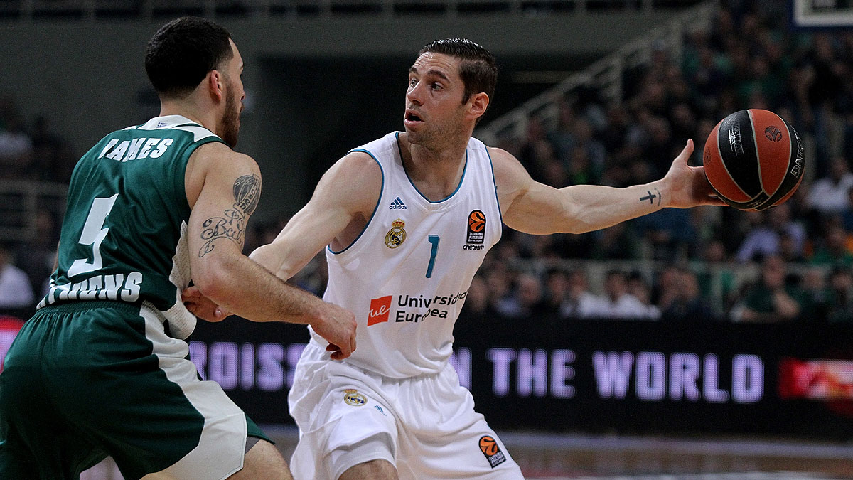 Fabien Causeur protege el balón frente a Mike James (Foto Euroleague/Getty)