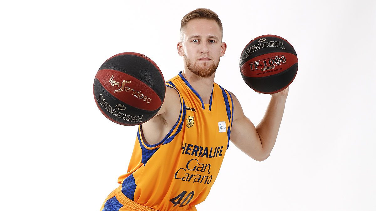 Luke Fischer sujeta dos balones (ACB Photo)