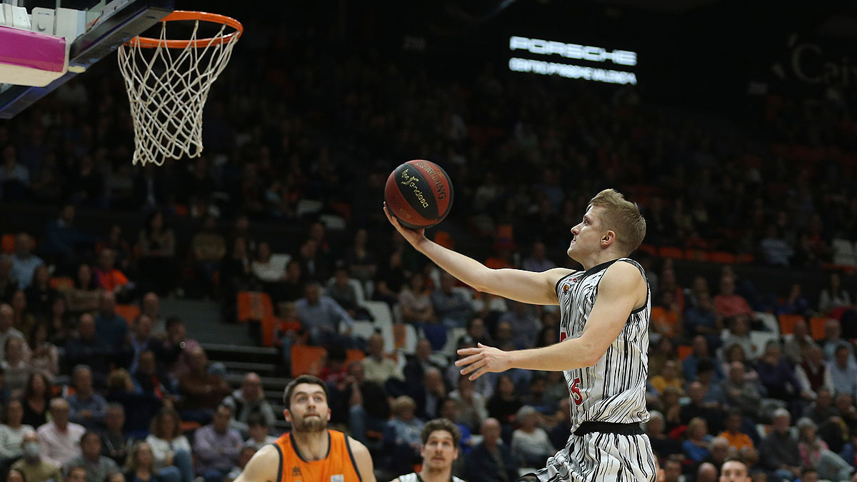 Luka Rupnik, directo a colocar la bandeja (ACB Photo / M.A. Polo)