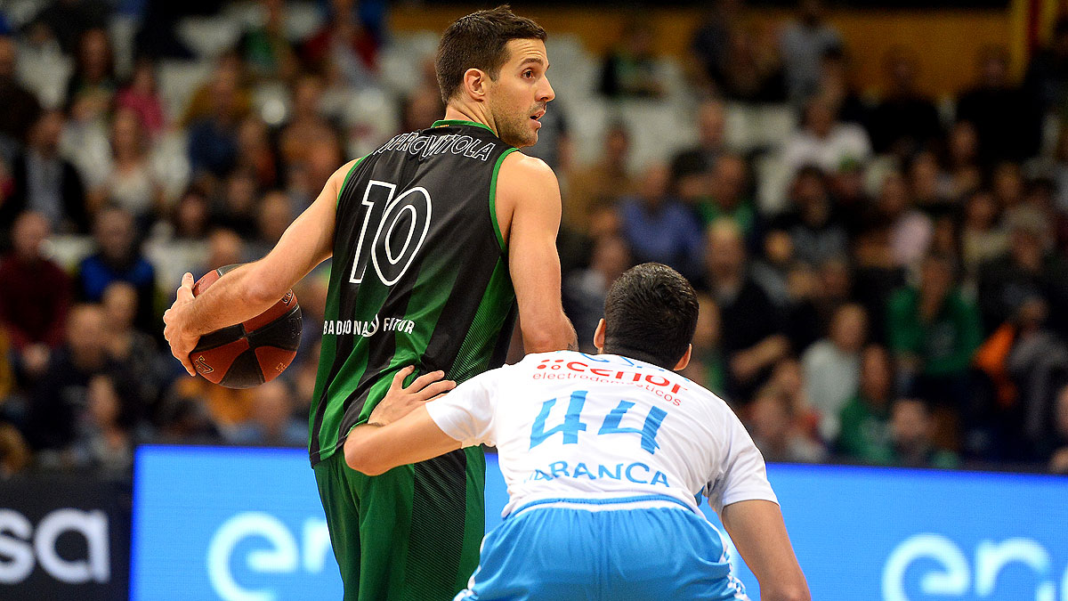 Laprovittola defendido de cerca por Pozas (ACB Photo / D. Grau)