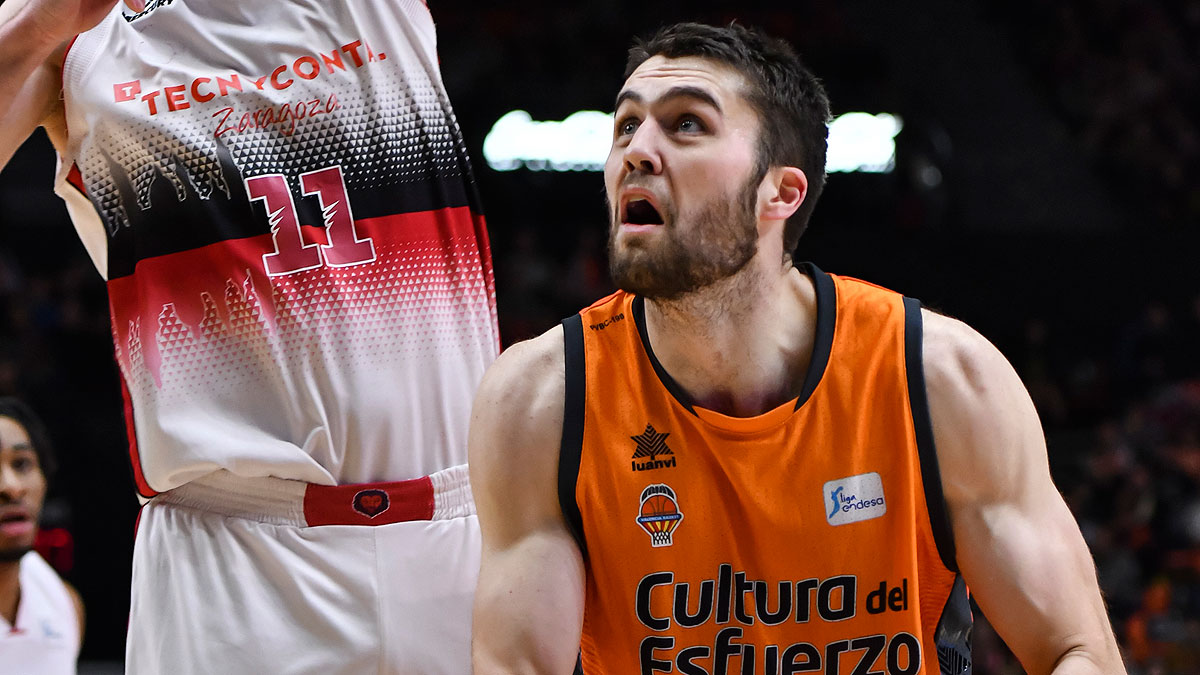 Mike Tobey se levanta (ACB Photo/M.A. Polo)