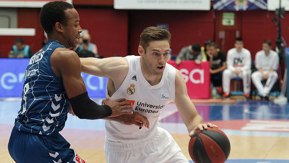 Fabien Causeur avanza, presionado por Garrett Nevels (ACB Photo / U. Murillo)